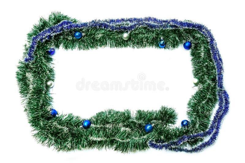 Grün-blauer Rahmen mit Bällen für neues Jahr und Weihnachten auf einem Whit lizenzfreie stockfotografie