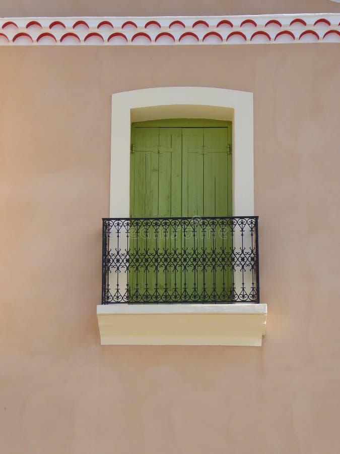 Grün Fensterläden geschlossenes Fenster und Balkon lizenzfreie stockfotografie