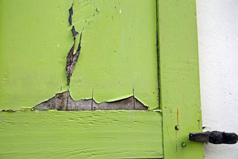 Grün gemalter Fensterladen mit Schadenzusammenfassungsbeschaffenheit stockfoto