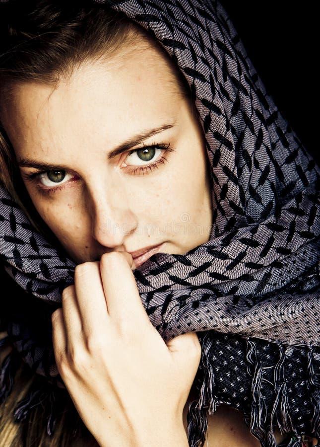 Grün gemusterte Frau in der arabischen Art stockfotografie