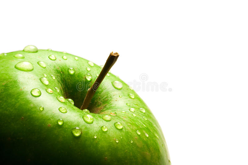 Grün getrennter Apfel mit Wassertropfen stockfotos
