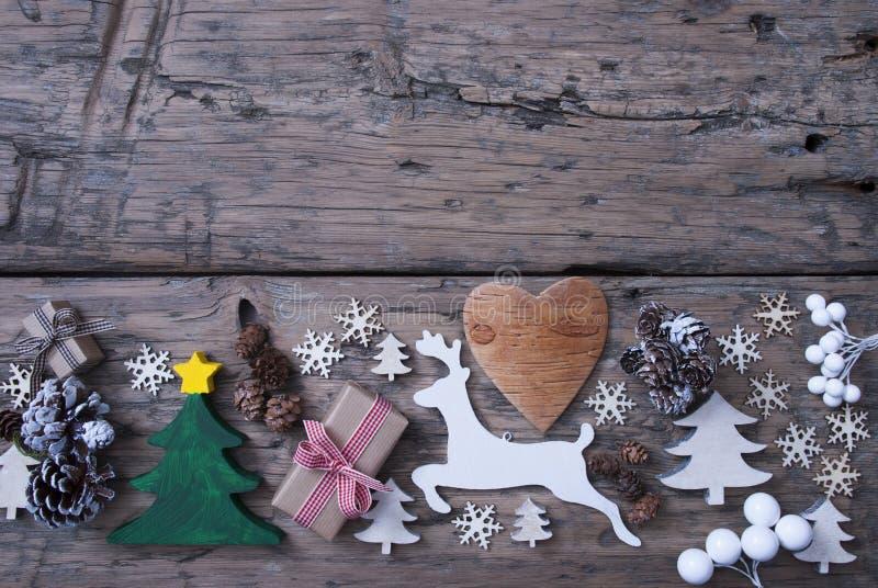 Grün, rot, Brown-Weihnachtsdekoration, Baum, Ren, Geschenk stockfotos