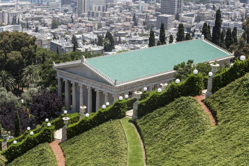 Grün und Gebäude lizenzfreie stockfotos