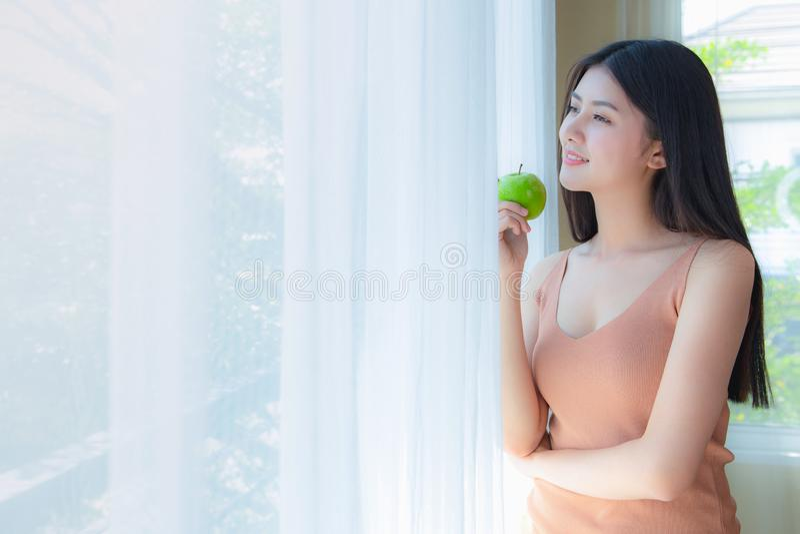 Grünapfel der Frauengesunden ernährung stockfotografie