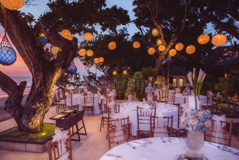 Gründen Sie für eine romantische Mahlzeit, eine Hochzeit oder eine Partei auf dem Strand mit L lizenzfreie stockfotografie