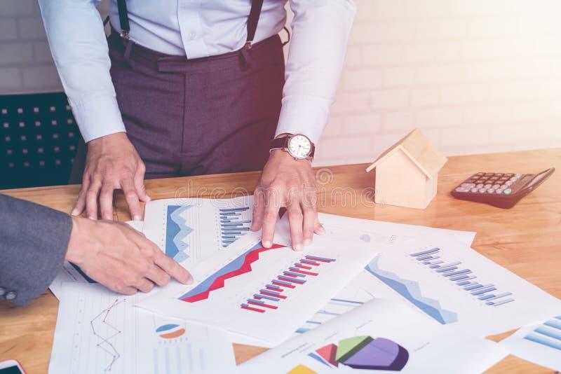 Gründen Sie Geschäft Leuteteam-Arbeitstreffpunkt, zum des Diagramms der Wirtschaft und der Arbeit über Laptop auf und ab zu bespr stockbilder
