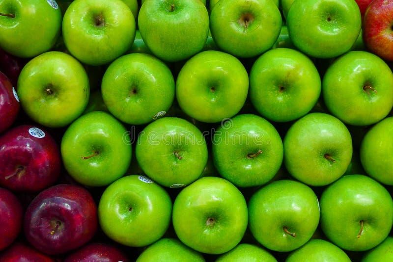 Grüne Äpfel alle auf einer Reihe lizenzfreies stockfoto