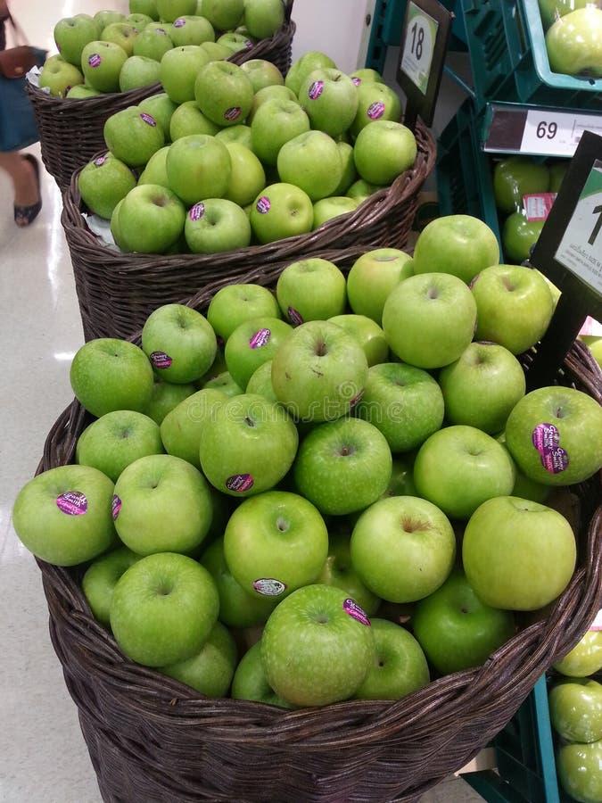 Grüne Äpfel in den Körben lizenzfreie stockbilder