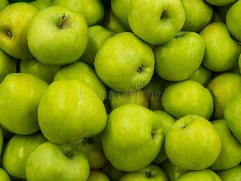 Grüne Äpfel Eignungsdiät Detoxkonzept Grüne neue Apfelernten schließen oben Ein Hintergrund von grünen frischen Äpfeln Straßengem lizenzfreie stockfotos