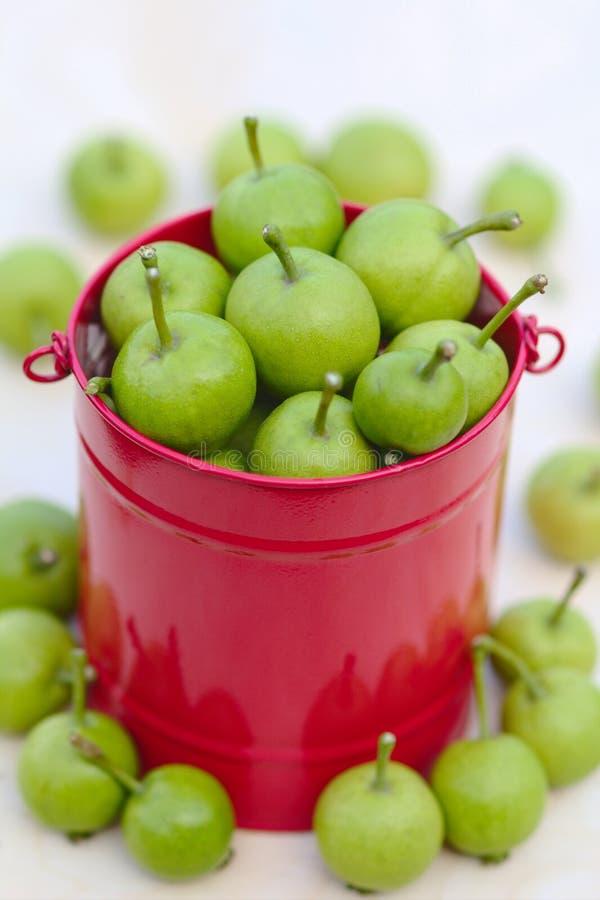 Grüne Äpfel im Korb lokalisiert stockfotos