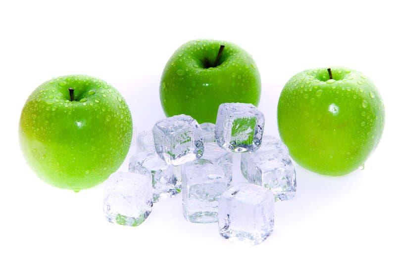 Grüne Äpfel und Eis-Würfel lizenzfreie stockfotos