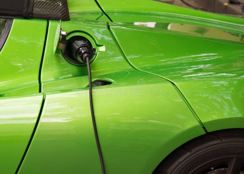 Grüne Aufladung des elektrischen Autos stockbild