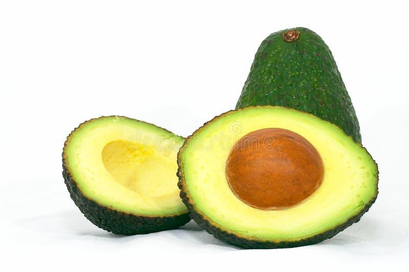 Grüne Avocado mit geschnittener Avocado stockbild