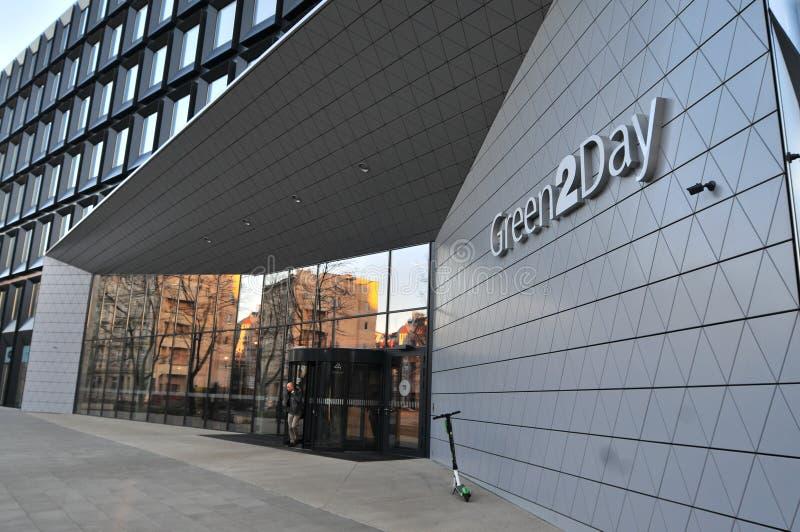 Grüne Büros 2Day errichtet im Jahre 2017 in Breslau Haupteingang, Polen lizenzfreie stockfotografie