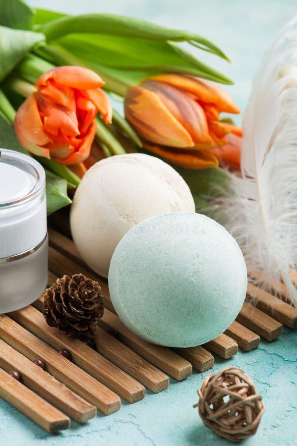 Grüne Badebombe und Seife mit BADEKURORT-Produkten stockbild