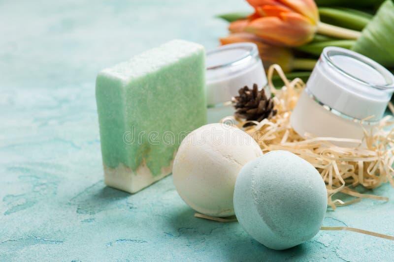 Grüne Badebombe und Seife mit BADEKURORT-Produkten lizenzfreie stockfotos