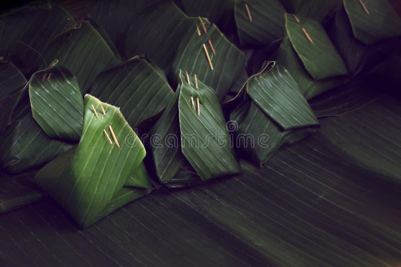 Grüne Bananenblattverpackung, thailändischer Schweinestallnachtisch-Pakethintergrund lizenzfreies stockbild