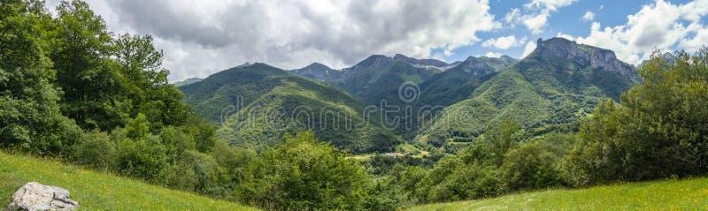 Grüne Berge und bewölkter Himmel lizenzfreie stockfotos