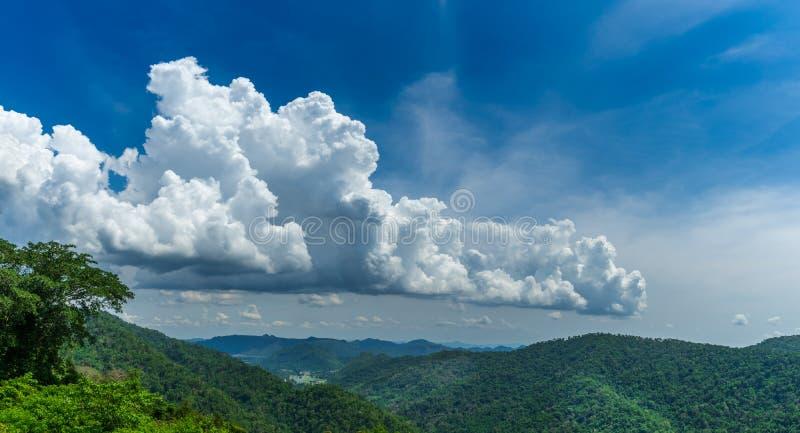 Grüne Berglandschaftsansicht mit blauem Himmel und schönen Wolken an Nationalpark Khaoyai, Nakornchasima, Thailand lizenzfreie stockfotos