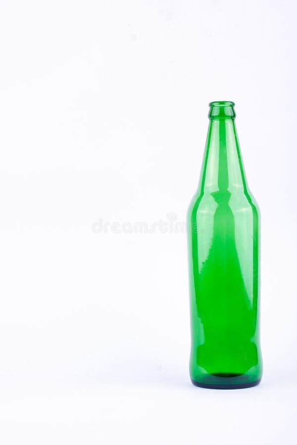 Grüne Bierglasflasche für Biergetränkepartei auf dem weißen Hintergrundgetränk lokalisiert lizenzfreies stockbild
