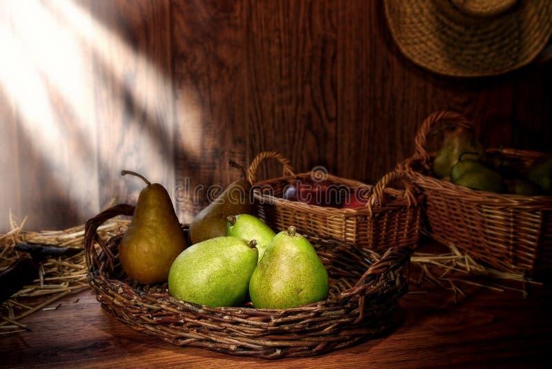 Grüne Birnen auf altes Land-Bauernhof-Standplatz-Holz-Tabelle lizenzfreies stockbild