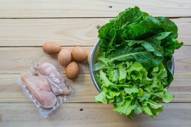 Grüne Blattgemüse mit Eiern lizenzfreie stockfotografie