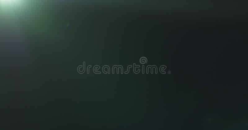 Grüne Blendenfleckartefakte über schwarzem Hintergrund für Überlagerung stockfoto