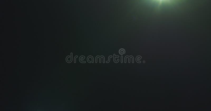 Grüne Blendenfleckartefakte über schwarzem Hintergrund für Überlagerung lizenzfreie stockfotos