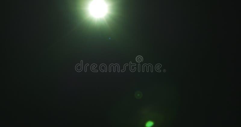 Grüne Blendenfleckartefakte über schwarzem Hintergrund für Überlagerung stockfotos