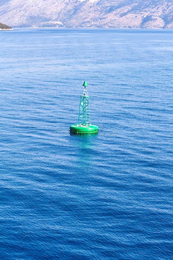 Grüne Boje, die in Meer schwimmt lizenzfreie stockfotos