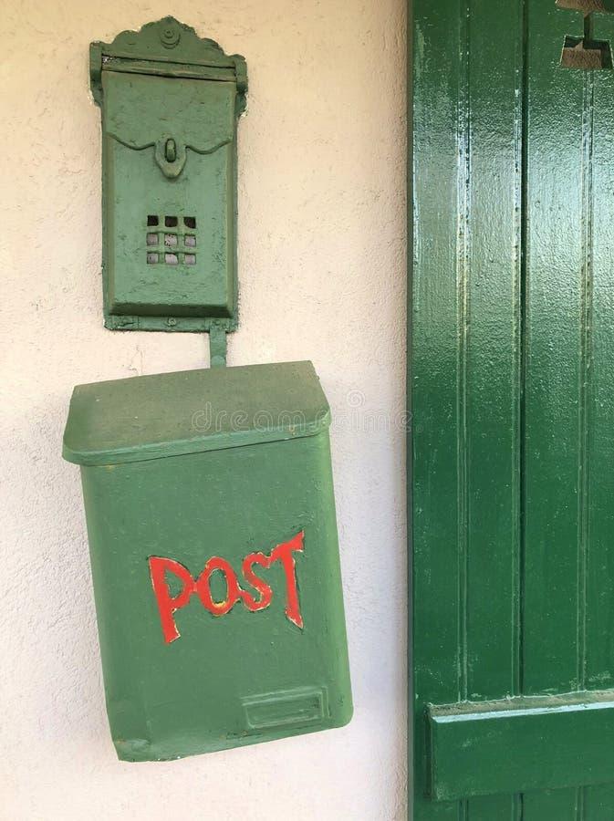 Grüne Briefkasten-Weinlese rotes BEITRAGS-Zeichen stockbild