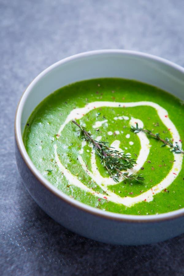 Grüne Brunnenkresse-Suppe lizenzfreie stockfotografie
