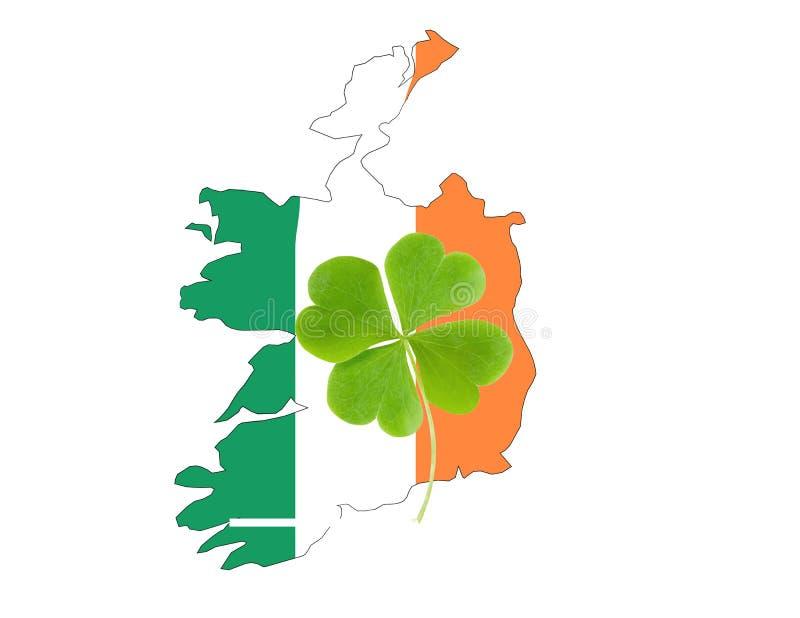 Grüne Clovers oder Shamrocks auf der Flagge Irlands Hintergrund für St Patrick's Day Holiday lizenzfreies stockfoto
