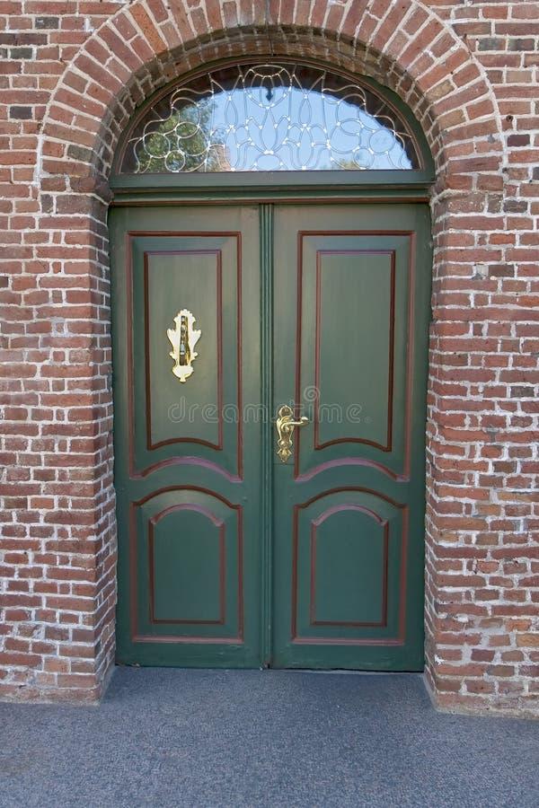 Grüne doppelte Tür lizenzfreie stockbilder