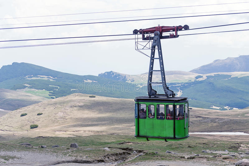Grüne Drahtseilbahn stockbilder