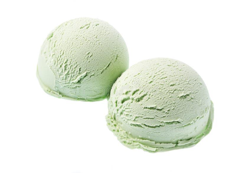 Grüne Eiscreme lokalisiert auf weißem Hintergrund, diagonale Zusammensetzung, Draufsicht lizenzfreie stockbilder