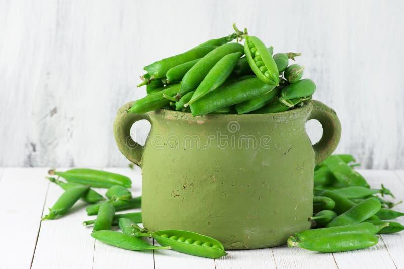 Grüne Erbsen im Potenziometer stockfotografie