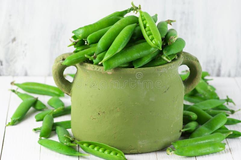 Grüne Erbsen im Potenziometer stockfoto