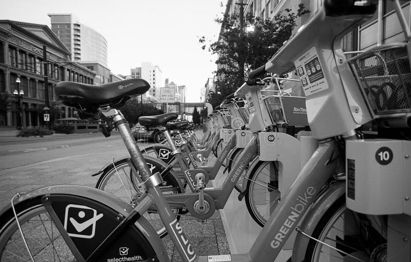 Grüne Fahrräder in im Stadtzentrum gelegenem Salt Lake City Utah lizenzfreie stockbilder
