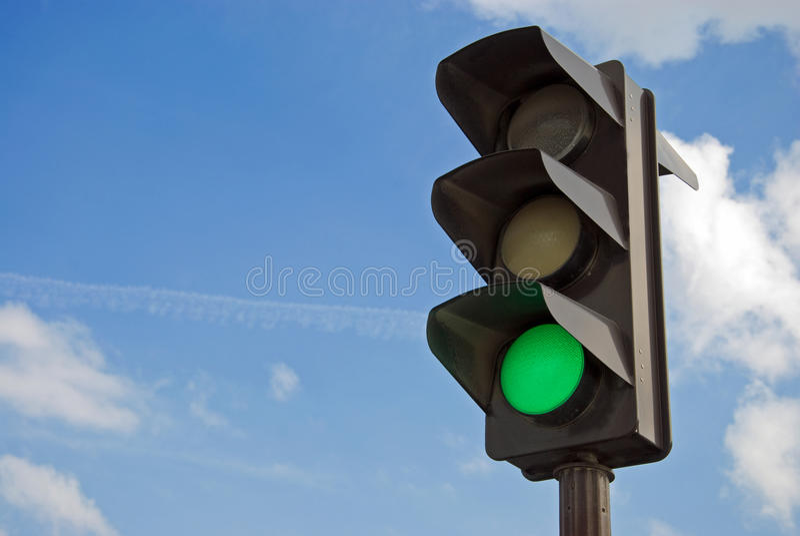 Grüne Farbe auf der Ampel stockfotografie