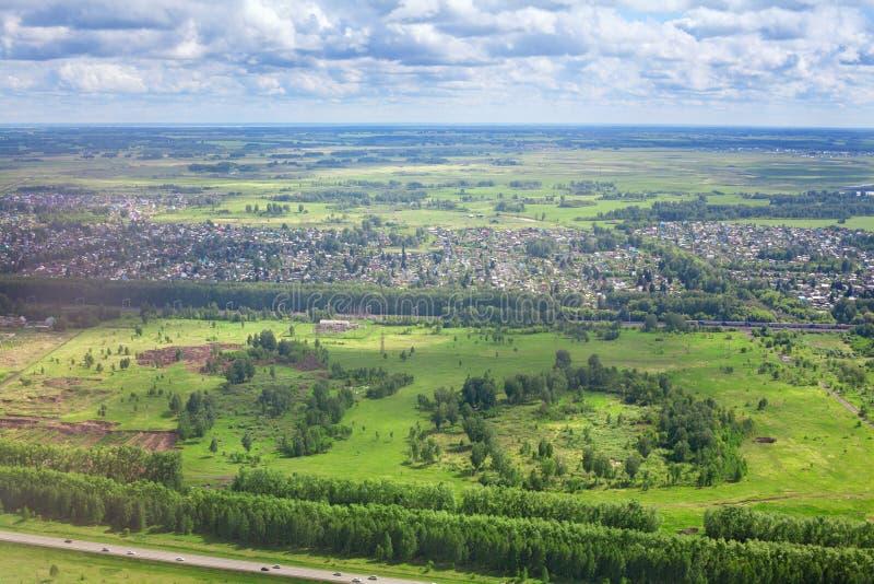 Grüne Felder und Wälder, blauer Himmel und panoramische Vogelperspektive des weißen Wolkenhintergrundes, sonnige Sommertages-Euro stockbild