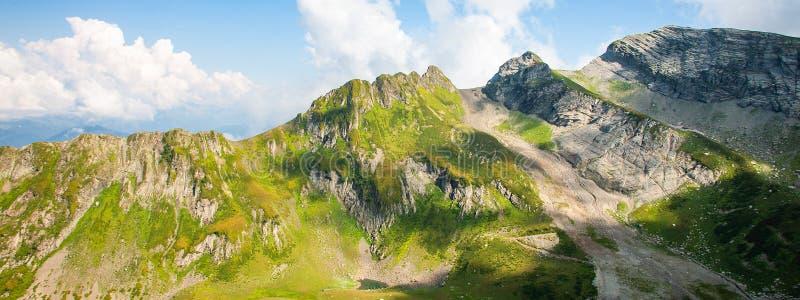 Grüne felsige Berglandschaft Kaukasus, natürlicher Reisehintergrund Fahnenfoto stockbilder