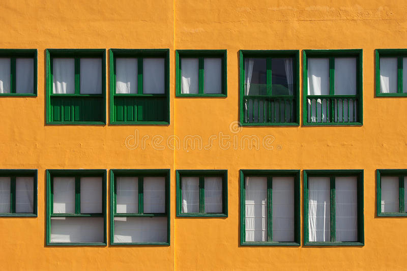 gr ne fenster orange fassade stockfoto bild von gr n symmetrie 48427852. Black Bedroom Furniture Sets. Home Design Ideas