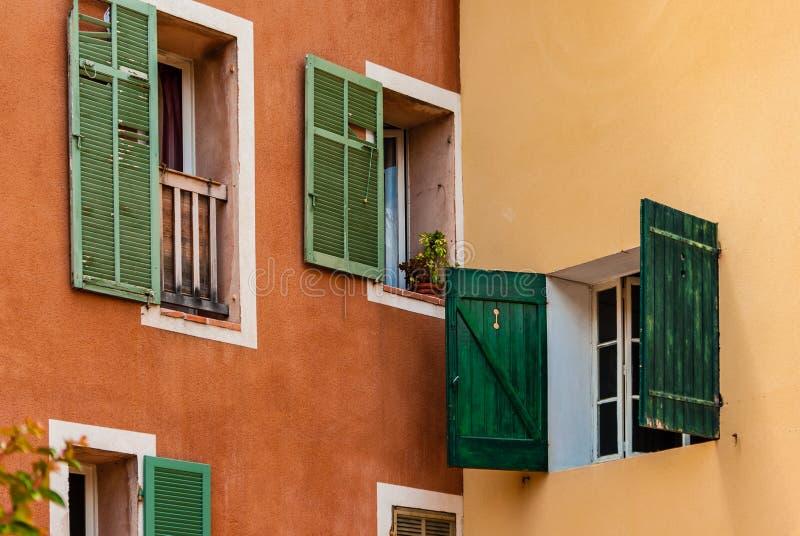 Grüne Fensterblendenverschlüsse lizenzfreies stockfoto