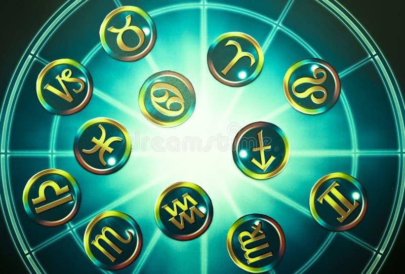 Grüne gelbe Sternzeichen über blauem Horoskop wie Astrologiekonzept lizenzfreie stockfotos