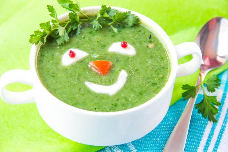 Lustige gesunde Suppe mit Spinat für Kinder lizenzfreie stockfotografie