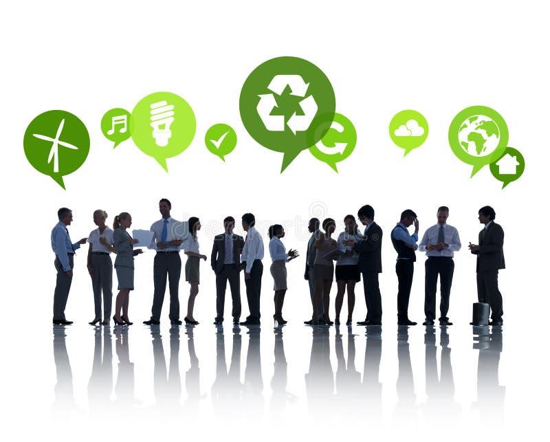 Grüne Geschäftsleute, die Gruppen-Diskussion haben stockfoto