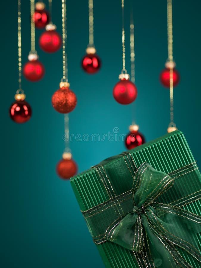 Grüne Geschenkbox mit hübschem Bogen stockfotos