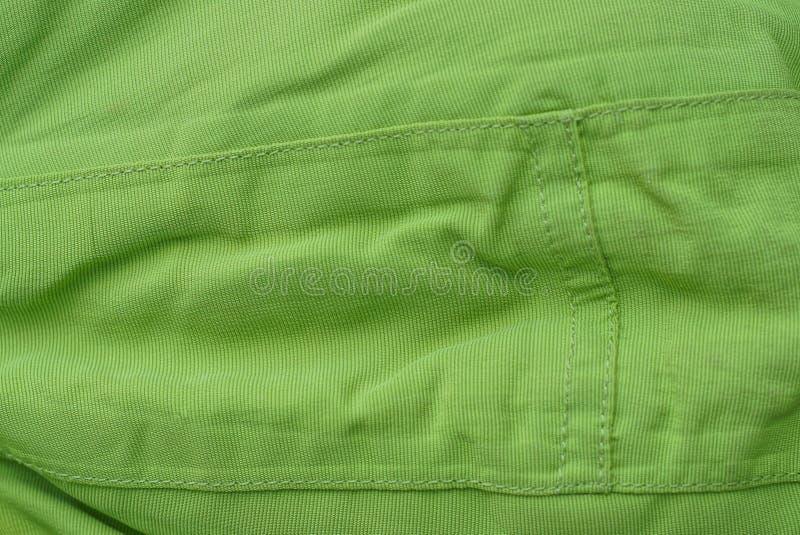 Grüne Gewebebeschaffenheit von einem Stück zerknitterter alter Kleidung stockbilder
