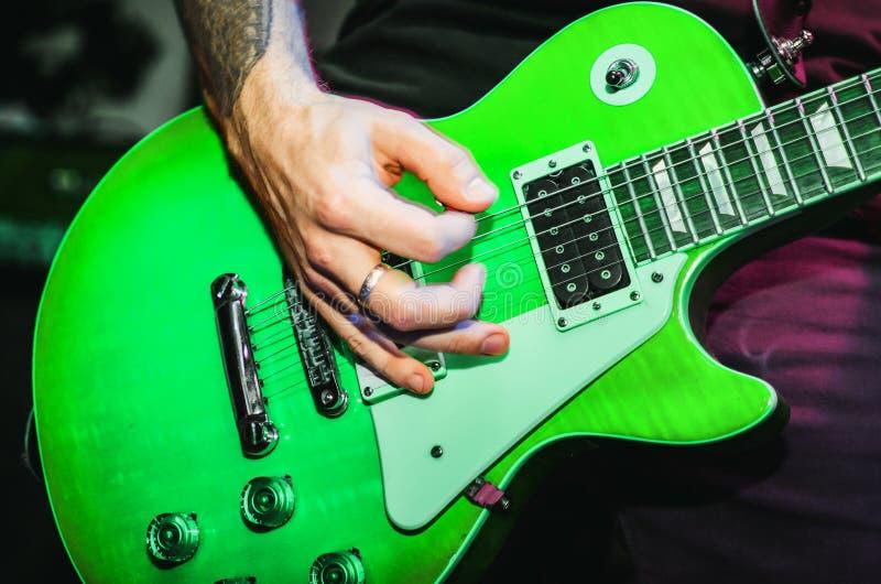Grüne Gitarrenschnur-Gitarrennahaufnahme lizenzfreie stockfotos